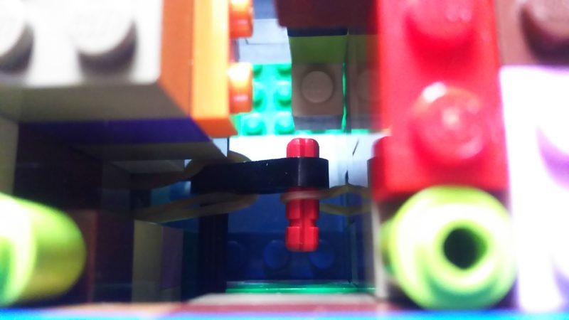小学3年生の女の子が仕掛けレゴに夢中。輪ゴムも使って。