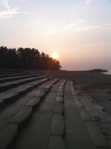 人気のない海岸で見る夕日は最高にロマンチック