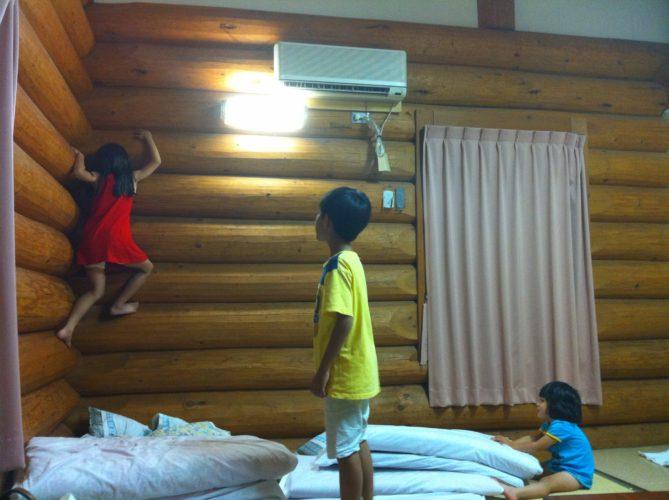 ログハウスを楽しむ子供達