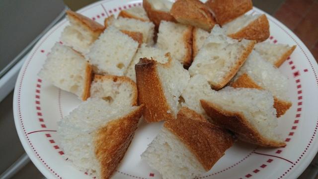 食べやすいように一口サイズにカットしてフレンチトーストを作ります。