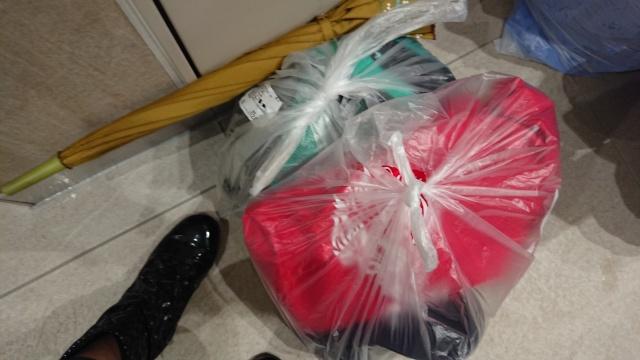 日産スタジアムに到着!荷物が雨に濡れないよう、厳重にまとめました。