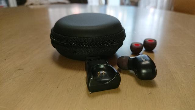 マカロンのようなケースが可愛い、Bluetoothのイヤホン。