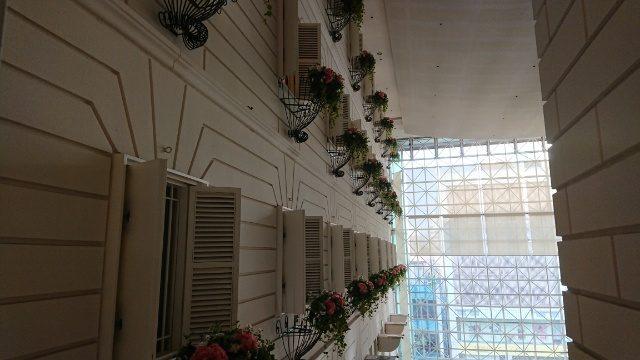 吉祥寺第一ホテル。窓のお花が素敵な演出でした。