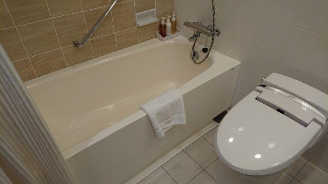 吉祥寺第一ホテルの部屋。バス、トイレはゆったりしていて清潔。