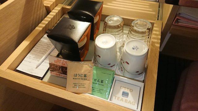 吉祥寺第一ホテルの部屋。電気ポットがあり、お茶が自由に飲めます。