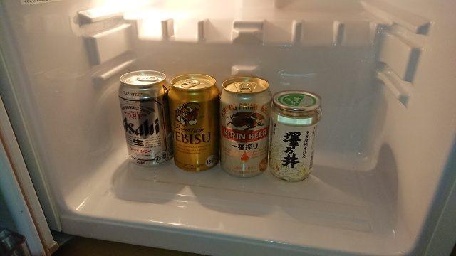 吉祥寺第一ホテルの部屋。冷蔵庫には数種類のドリンクが入っていました。有料です。