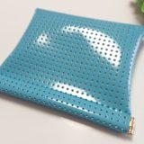 シンプルで軽いブルーのポーチは、お財布としても便利です。